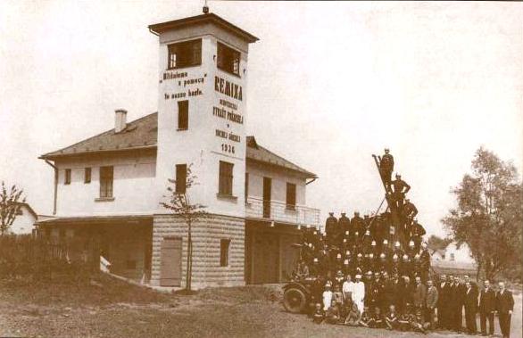 �lenov� sboru dobrovoln�ch hasi�� si v roce 1936 vybudovali vlastn� hasi�skou zbrojnici.